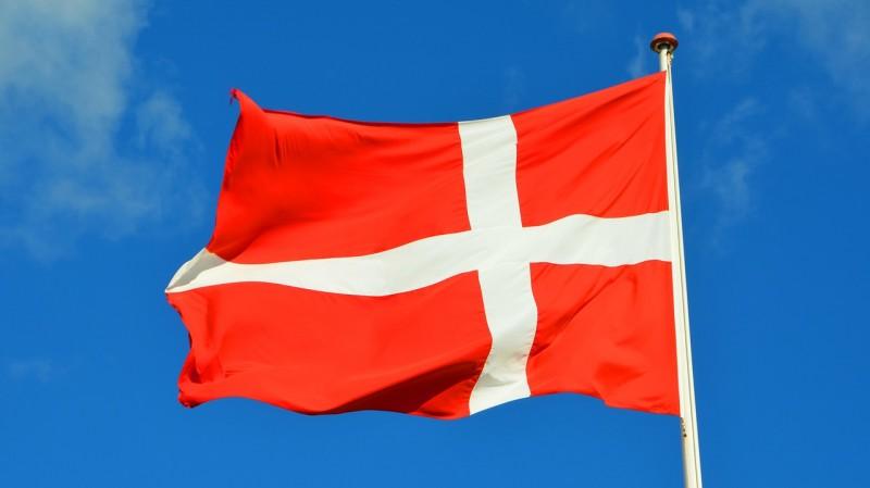 Hejs flaget på en flagstang i høj kvalitet